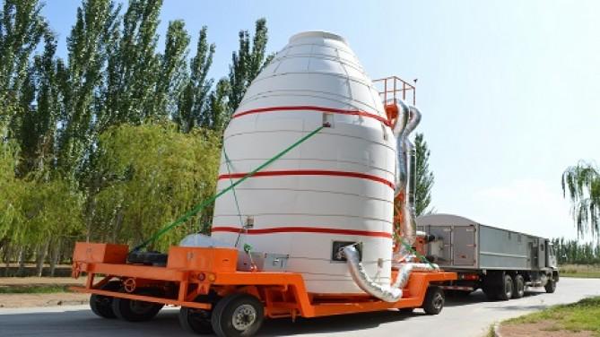 중국이 16일 오전 1시 40분 간쑤성 주취안 위성발사센터에서 세계최초로 양자통신위성을 탑재한 장정-2D 로켓을 발사했다. 사진은 지난 8월 5일 주취안 위성발사센터에서 '묵자'로 명명된 양자통신위성이 발사대로 옮겨지고 있는 모습. - 중국과학원 제공